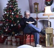 Θέμα Χριστουγέννων με το ενήλικο άτομο Στοκ Εικόνα