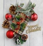 Θέμα Χριστουγέννων στο άσπρο ξύλινο υπόβαθρο με το διάστημα για το κείμενο στοκ εικόνες με δικαίωμα ελεύθερης χρήσης