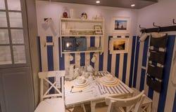 Θέμα χώρας μέσα στη σύγχρονη τραπεζαρία του καταστήματος της IKEA με τα έπιπλα, το ντεκόρ και πολλά προϊόντα για το σπίτι Στοκ εικόνα με δικαίωμα ελεύθερης χρήσης