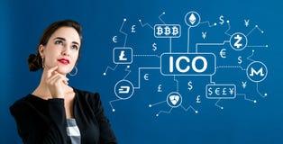 Θέμα Cryptocurrency ICO με την επιχειρησιακή γυναίκα στοκ εικόνα