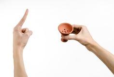 Θέμα Hookah: Bartender που κρατά ένα κύπελλο αργίλου για τον καπνό σε ένα άσπρο υπόβαθρο που απομονώνεται Στοκ Φωτογραφία