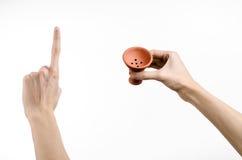 Θέμα Hookah: Bartender που κρατά ένα κύπελλο αργίλου για τον καπνό σε ένα άσπρο υπόβαθρο που απομονώνεται Στοκ Εικόνες