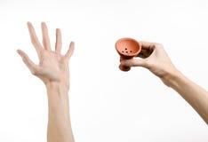 Θέμα Hookah: Bartender που κρατά ένα κύπελλο αργίλου για τον καπνό σε ένα άσπρο υπόβαθρο που απομονώνεται Στοκ φωτογραφίες με δικαίωμα ελεύθερης χρήσης