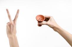 Θέμα Hookah: Bartender που κρατά ένα κύπελλο αργίλου για τον καπνό σε ένα άσπρο υπόβαθρο που απομονώνεται Στοκ εικόνες με δικαίωμα ελεύθερης χρήσης