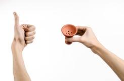 Θέμα Hookah: Bartender που κρατά ένα κύπελλο αργίλου για τον καπνό σε ένα άσπρο υπόβαθρο που απομονώνεται Στοκ Φωτογραφίες
