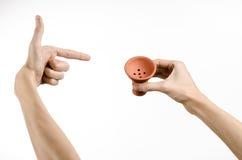 Θέμα Hookah: Bartender που κρατά ένα κύπελλο αργίλου για τον καπνό σε ένα άσπρο υπόβαθρο που απομονώνεται Στοκ Εικόνα