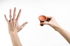 Θέμα Hookah: Bartender που κρατά ένα κύπελλο αργίλου για τον καπνό σε ένα άσπρο υπόβαθρο που απομονώνεται Στοκ φωτογραφία με δικαίωμα ελεύθερης χρήσης