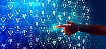 Θέμα Wifi με τη συμπίεση χεριών ένα κουμπί στοκ φωτογραφίες
