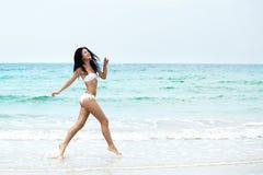 Θέρετρο, θάλασσα & σώμα Ευτυχής όμορφη γυναίκα που τρέχει στην παραλία στοκ φωτογραφία με δικαίωμα ελεύθερης χρήσης