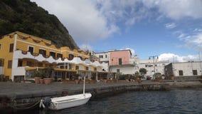Θέρετρο στην πόλη ισχίων, άσπρη βάρκα που επιπλέει στο νερό κοντά στην αποβάθρα, θερινό ταξίδι φιλμ μικρού μήκους