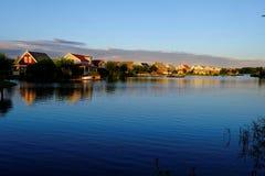 Θέρετρο στη λίμνη μέχρι την μπλε ώρα Στοκ Εικόνες