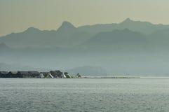 Θέρετρο στη λίμνη με το υπόβαθρο βουνών Στοκ φωτογραφία με δικαίωμα ελεύθερης χρήσης