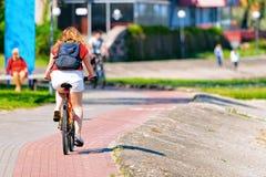 Θέρετρο της Nida ποδηλάτων οδήγησης γυναικών στη θάλασσα της Βαλτικής οβελών Curonian στοκ εικόνες