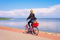 Θέρετρο της Nida ποδηλάτων οδήγησης γυναικών στη θάλασσα της Βαλτικής οβελών Curonian στοκ φωτογραφία με δικαίωμα ελεύθερης χρήσης