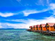 Θέρετρο δύο του χωριού εξοχικών σπιτιών νησιών Mabul στοκ φωτογραφία