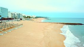 Θέρετρο Quarteira με την ευρεία αμμώδη παραλία, Αλγκάρβε, Πορτογαλία φιλμ μικρού μήκους