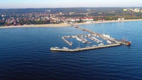 Θέρετρο Sopot, Πολωνία Ξύλινη αποβάθρα με τη μαρίνα Εναέριο βίντεο απόθεμα βίντεο