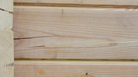 Θέρμανση ενός ξύλινου σπιτιού από έναν φραγμό, ζωγραφική και σφράγιση κατά τη διάρκεια του καλοκαιριού ανά απόθεμα βίντεο