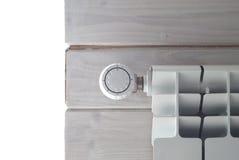 Θέρμανση επιτροπής με το ρυθμιστή θερμότητας Άσπρο θερμαντικό σώμα Στοκ εικόνες με δικαίωμα ελεύθερης χρήσης