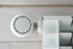 Θέρμανση επιτροπής με το ρυθμιστή θερμότητας Άσπρο θερμαντικό σώμα στοκ εικόνες