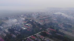 θέρμανση παραλλαγής καπνού ατμοσφαιρικής ρύπανσης Καίγοντας ζιζάνια στον τομέα, καπνός, ζημία στο περιβάλλον Χρόνος φθινοπώρου, α φιλμ μικρού μήκους