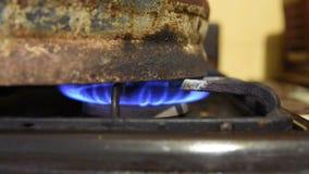 Θέρμανση του δοχείου με τη λύση ζύμωσης στη σόμπα αερίου Προετοιμασία ένα λαθραίο ποτό στο σπίτι, διαδικασία απόσταξης απόθεμα βίντεο