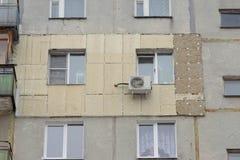 Θέρμανση του εξωτερικού τοίχου ενός ξυλεπενδυμένου multi-storey κατοικημένου κτηρίου στοκ εικόνες με δικαίωμα ελεύθερης χρήσης