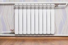 Θέρμανση του θερμαντικού σώματος στο δωμάτιο στοκ εικόνες