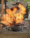 Θέρμανση του κομματιού προς κατεργασία μετάλλων στο φούρνο Στοκ εικόνες με δικαίωμα ελεύθερης χρήσης