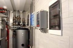 Θέρμανση του σπιτιού με έναν μεγάλο αριθμό σωλήνων χάλυβα, μετρητών πίεσης και σωλήνων μετάλλων, εκλεκτική εστίαση Λέβητας και σω στοκ εικόνες