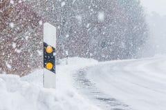 Θέση ανακλαστήρων στον άσπρο snowflakes χιονοθύελλας χιονιού χειμερινά δρόμο Στοκ φωτογραφία με δικαίωμα ελεύθερης χρήσης