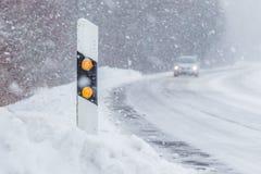 Θέση ανακλαστήρων στο χιονώδη άσπρο χειμερινό δρόμο αυτοκινήτων χιονοθύελλας χιονιού Στοκ Εικόνες