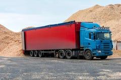Θέση αποθηκών εμπορευμάτων φορτηγών που προσγειώνεται στα φορτία πριονιδιού Στοκ φωτογραφία με δικαίωμα ελεύθερης χρήσης