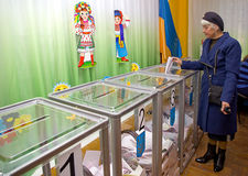 Θέση για τους ανθρώπους των ψηφίζοντας ψηφοφόρων στην εθνική πολιτική εκλογή σταθμοί ψηφοφορίας στην Ουκρανία Στοκ Φωτογραφίες