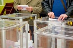 Θέση για τους ανθρώπους των ψηφίζοντας ψηφοφόρων στις εθνικές πολιτικές εκλογές στην Ουκρανία Σταθμός ψηφοφορίας Στοκ Εικόνα