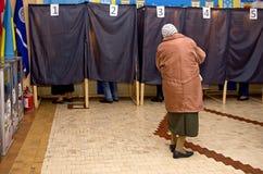 Θέση για τους ανθρώπους των ψηφίζοντας ψηφοφόρων στις εθνικές πολιτικές εκλογές στην Ουκρανία Σταθμός ψηφοφορίας Στοκ Εικόνες