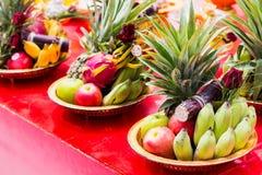 Θέση δίσκων φρούτων στον πίνακα Στοκ Φωτογραφίες