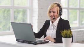Θέση εργασίας του χειριστή τηλεφωνικών κέντρων απόθεμα βίντεο