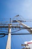 Θέση ηλεκτρικής ενέργειας στο σαφές υπόβαθρο μπλε ουρανού Υπαίθρια στο δ Στοκ Εικόνες