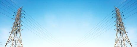 Θέση ηλεκτρικής ενέργειας τάσης ύψους στο σαφές έμβλημα ουρανού Στοκ Φωτογραφία