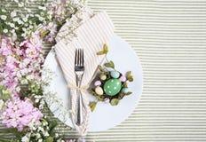 Θέση Πάσχας Brunch που θέτει στο άσπρο πιάτο τα ρόδινα λουλούδια Στοκ εικόνα με δικαίωμα ελεύθερης χρήσης