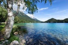 Θέση που χαλαρώνει σε μια λίμνη βουνών Στοκ φωτογραφία με δικαίωμα ελεύθερης χρήσης