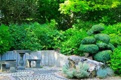Θέση που χαλαρώνει στο θερινό πάρκο Στοκ Εικόνες