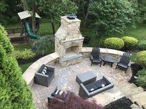Θέση πυρκαγιάς, συνταραγμένος τοίχος, και patio στοκ φωτογραφία με δικαίωμα ελεύθερης χρήσης