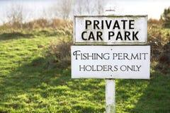 Θέση σημαδιών κατόχων αδειών αλιείας μόνο και πάρκο ιδιωτικών αυτοκινήτων στοκ φωτογραφίες