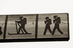 Θέση σημαδιών με το περπάτημα ανθρώπων που κάνει σκι στη διαγώνια χώρα Στοκ φωτογραφία με δικαίωμα ελεύθερης χρήσης