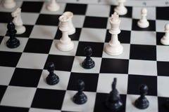 Θέση σκακιού με τη βασίλισσα και το βασιλιά ενάντια σε ένα πιόνι, μέσο παιχνίδι στοκ φωτογραφία με δικαίωμα ελεύθερης χρήσης