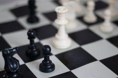 Θέση σκακιού με τη βασίλισσα και το πιόνι, μέσο παιχνίδι στοκ φωτογραφία