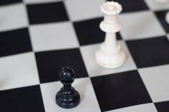Θέση σκακιού με τη βασίλισσα και το πιόνι, μέσο παιχνίδι στοκ φωτογραφίες