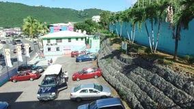 Θέση στάθμευσης και τα αυτοκίνητα κοντά στην οδό στον Άγιο Thomas, Άγιος Thomas, U S νησιά Virgin απόθεμα βίντεο